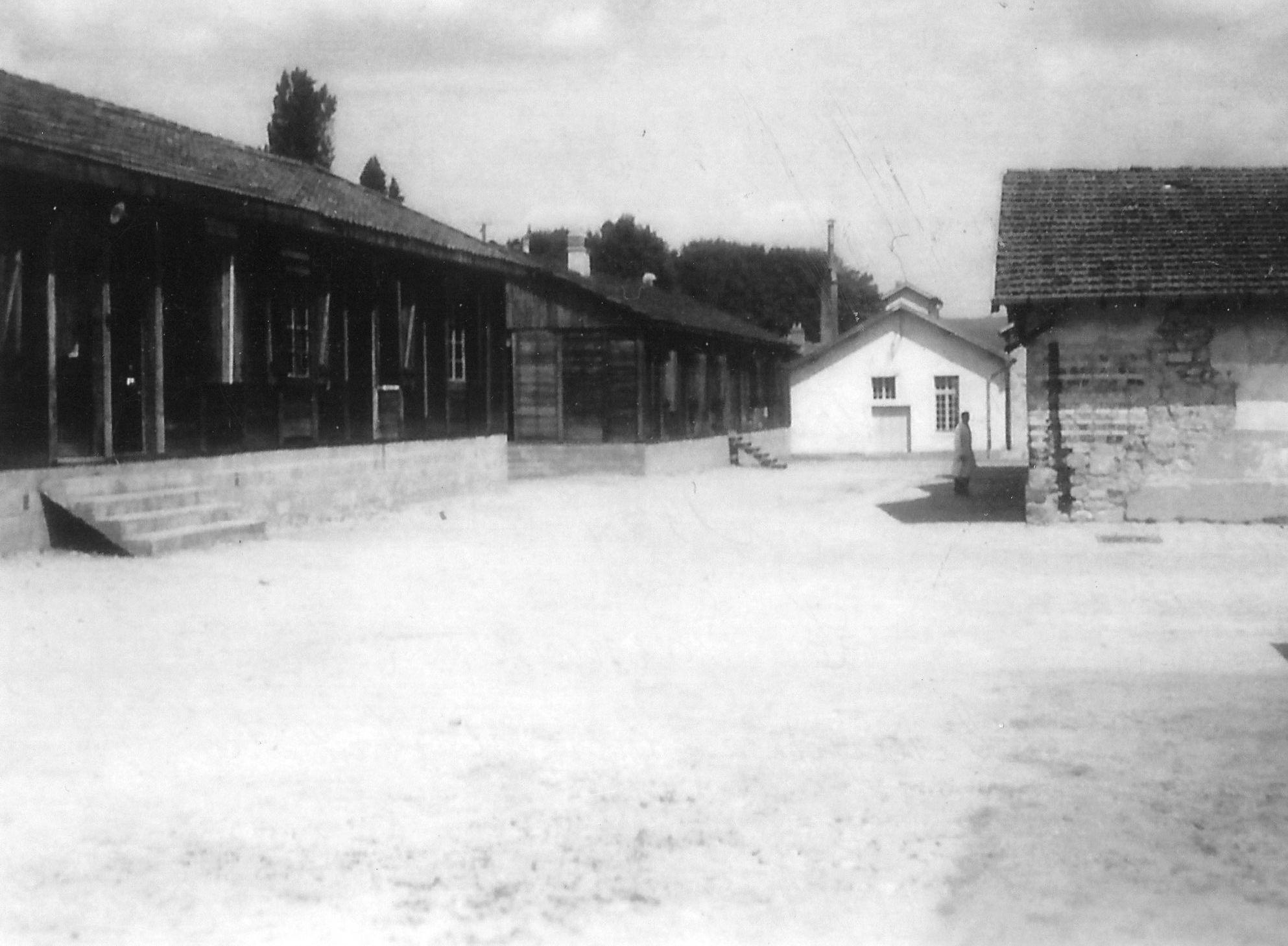 Les anciens baraquements en bois