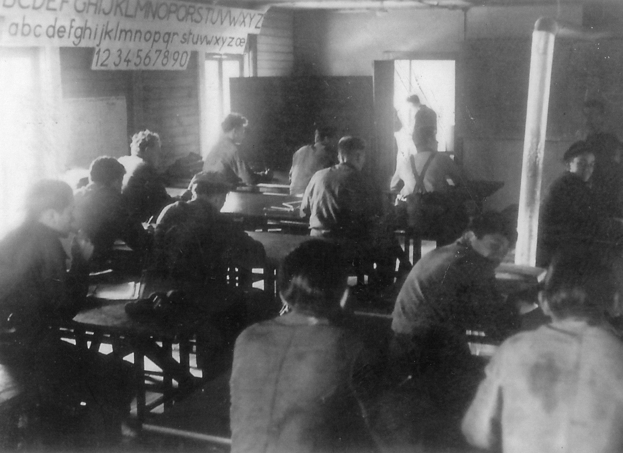 Un classe en 1957 dans les barquements en bois
