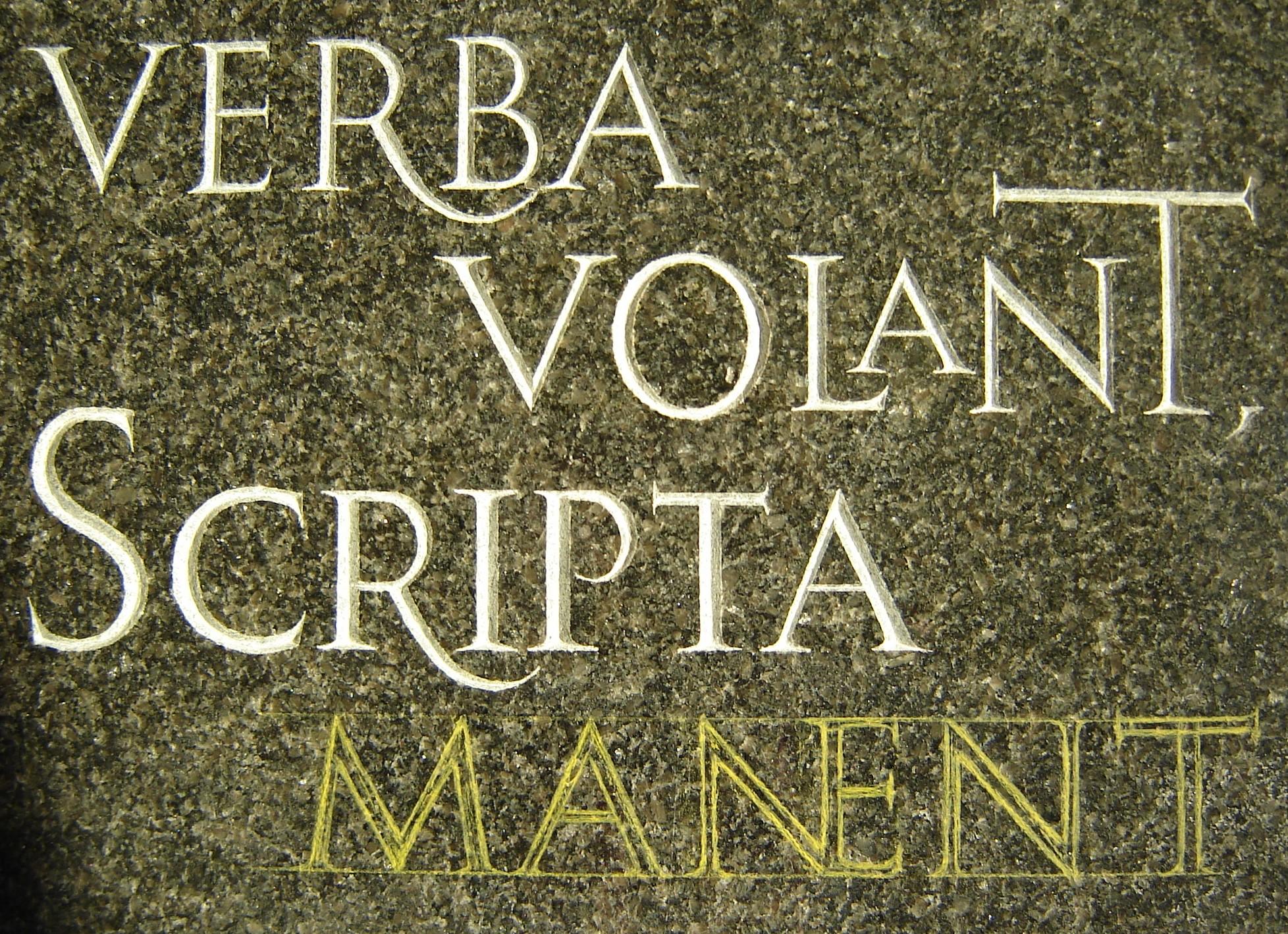 Gravure sur pierre d'une citation latine