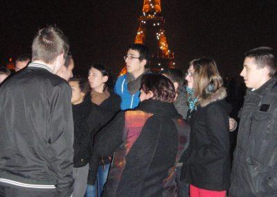 Devant la tour Eiffel